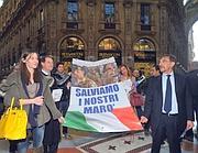 """""""MILANO: VOLANTINAGGIO A SORPRESA ED ESPOSIZIONE  DEL MANIFESTO PER I MARO' ALLE FINESTRE DEL PDL IN GALLERIA VITTORIO EMANUELE"""""""